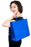摆在与购物袋的欢悦妇女 库存图片