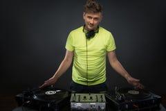 摆在与转盘的DJ 免版税库存照片