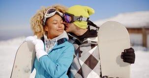 摆在与雪板的富感情的年轻夫妇 股票录像