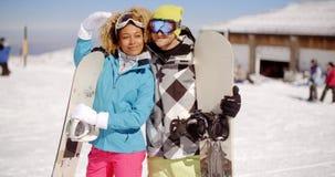 摆在与雪板的富感情的年轻夫妇 影视素材