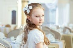 摆在与头发装饰的逗人喜爱的小女孩 库存图片