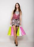 摆在与购物袋的愉快的少妇 免版税图库摄影
