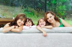 摆在与他们的两个骄傲的西班牙母亲 免版税图库摄影