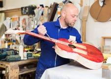 摆在与他的吉他的工作室 免版税图库摄影