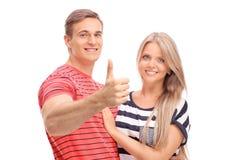 摆在与他的女朋友的年轻人 免版税库存图片