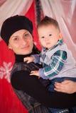 摆在与他的男婴的母亲 免版税库存照片