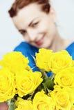 摆在与黄色玫瑰花束的年轻白种人妇女  库存图片