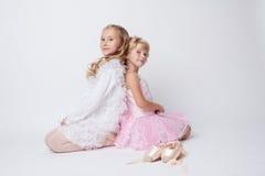 摆在与pointes的白肤金发的姐妹在演播室 免版税库存照片