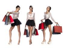 摆在与shoppin的画象美丽的年轻深色的妇女的 免版税库存图片