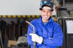 摆在与wellding的机器的专业焊工 免版税库存图片