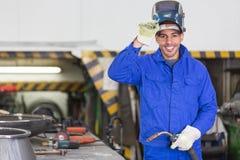 摆在与wellding的机器的专业焊工 免版税图库摄影