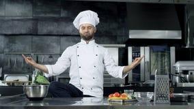 摆在专业厨房的厨师人 取笑在凝思姿势的厨师 股票录像