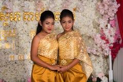 摆在为图片的两个柬埔寨女孩在婚礼期间 免版税图库摄影