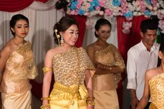 摆在为图片的新娘和新郎家庭在婚礼期间 免版税库存照片