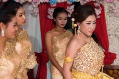 摆在为图片的新娘和新郎家庭在婚礼期间 免版税库存图片