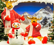 摆在为圣诞节的驯鹿和雪人 库存照片
