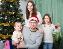 摆在为圣诞节画象的家庭 免版税库存照片