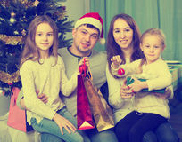 摆在为圣诞节画象的家庭 图库摄影
