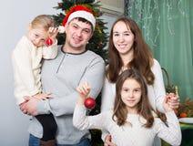 摆在为圣诞节画象的家庭 库存照片