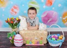 摆在为复活节的甜小男孩 免版税图库摄影
