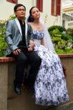 摆在为婚姻的股份单的年轻夫妇 库存照片