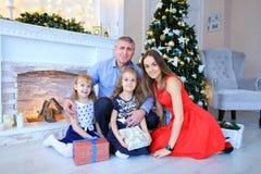 摆在为家庭照片的父亲和女儿在照片演播室 免版税图库摄影