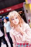 摆在为摄影师的年轻美丽的塔玛琳女孩在泰国Pagagon,曼谷前面的一个cosplay节日期间 免版税库存照片