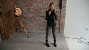 摆在为摄影师的时髦的女孩在演播室 股票视频