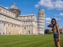 摆在为照片的比萨游人在斜塔-比萨意大利- 2017年9月13日 免版税库存图片