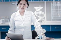 摆在为照相机的女性基因科学家在实验室 免版税库存照片
