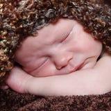 摆在为照相机的逗人喜爱的矮小的新出生的男婴 免版税库存图片