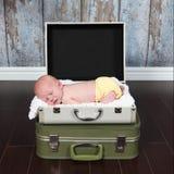 摆在为照相机的逗人喜爱的矮小的新出生的男婴 图库摄影