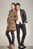 摆在为照相机的年轻时尚夫妇 免版税图库摄影