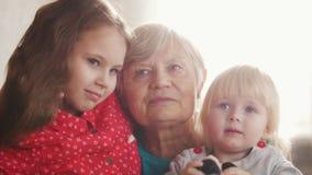 摆在为照相机的Drandmother和孙女 影视素材