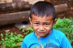 摆在为的儿童老挝人民在房子里拍照片 免版税库存图片