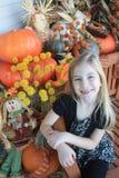 摆在为秋天图片的女孩 库存照片