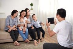 摆在为画象的亚洲家庭 图库摄影