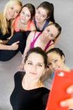 摆在为selfie,自画象的小组美丽的运动的女孩 免版税库存照片
