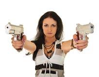 摆在二个妇女年轻人的手枪 免版税库存图片