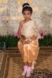 摆在传统婚礼成套装备的摄影的小高棉女孩 库存照片
