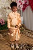 摆在传统婚礼成套装备的摄影的小高棉男孩 库存图片