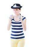 摆在作为一位无所畏惧的女警的女孩 免版税库存照片