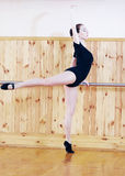 摆在健身中心的年轻美丽的跳芭蕾舞者 库存照片
