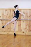 摆在健身中心的年轻美丽的跳芭蕾舞者 库存图片