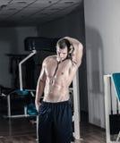摆在健身房的人 免版税库存图片