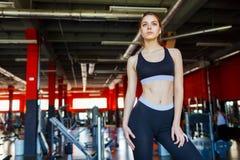 摆在健身房的美丽的健身女孩 特写镜头 免版税库存照片