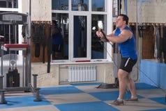 摆在健身房的美丽,强有力,大力士 免版税图库摄影