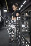 摆在健身房的运动女孩 图库摄影