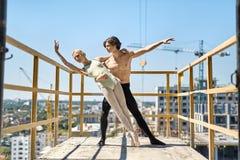 摆在具体阳台的跳芭蕾舞者 免版税库存图片