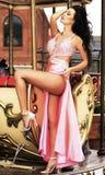 摆在典雅的长的礼服的性感的妇女 免版税库存照片